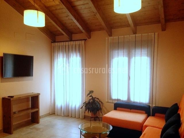 Sala De Estar Naranja ~ Sala de estar naranja con televisión de plasma