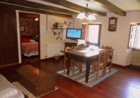 Mesa de comedor y televisor sobre mueble