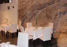 Comedor del restaurante con mesas y sillas de color blanco
