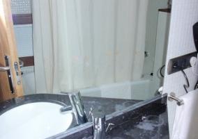 Baño de una de las habitaciones dobles