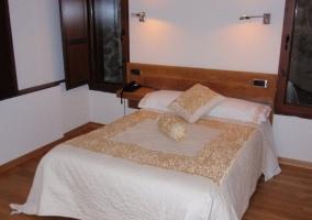 Habitación doble con cama de matrimonio y colcha muy original