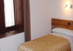 Habitación individual con colcha dorada