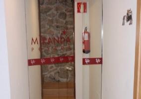 Puerta transparante con el logo