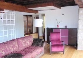 Sala de estar con asientos morados