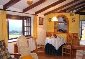 Salón y ventana a la cocina