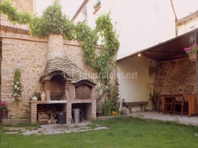 Casa barosa en atares huesca for Barbacoa piedra volcanica jardin