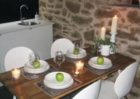 Mesa del comedor,sofá y cocina