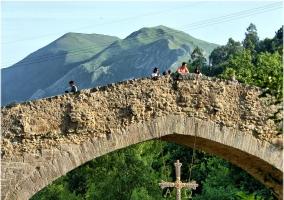 Puente y su cruz, todo un emblema de Cangas de Onís