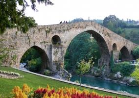 Puente y jardín de Cangas de Onís