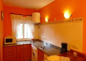 Equipada cocina anaranjada