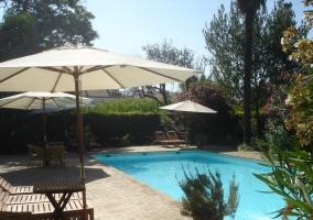 La piscina y su mobiliario