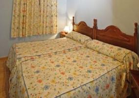 Cama de matrimonio en dormitorio amplio