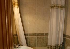 Baño con ducha y lavabo