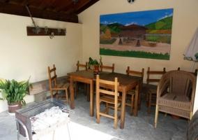 Terraza con mesita y sillas