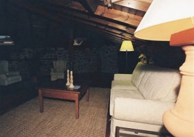 Amplio salón con techo abuhardillado