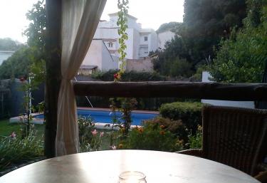 Porche y vistas de la piscina