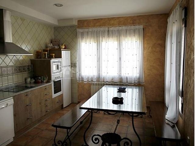 Cocina moderna con mesa de comedor