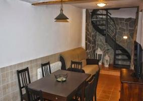 Salón-comedor con escalera de caracol