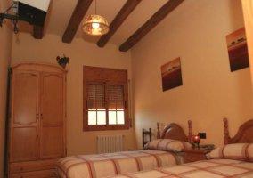 Dormitorio doble con armario y ventana