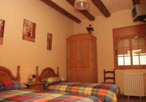 Dormitorio doble con colchas de colorines