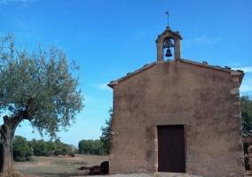 Entrada a la ermita románica