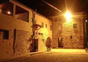 Entrada a las Casas Rurales durante la noche