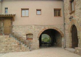 Fachada y escaleras de acceso