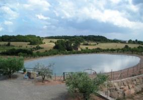 Lago frente a la Casa Rural
