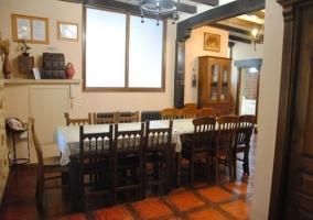 Entrada al comedor, con una amplia mesa con sillas