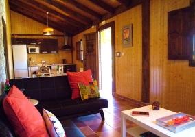 Sala de estar con zona de biblioteca
