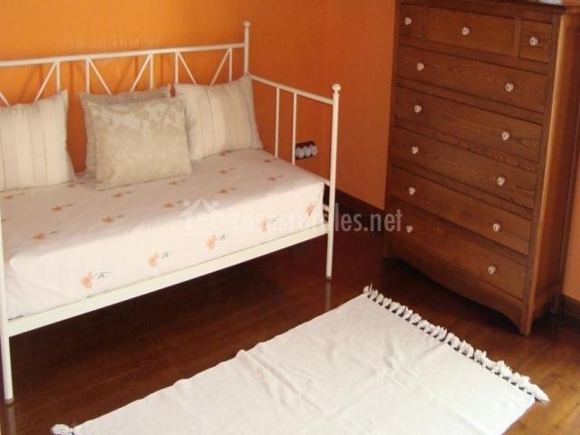 madera cama de matrimonio en dormitorio cama supletoria y mueble
