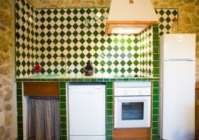 Cocina completa con alicatado en verde