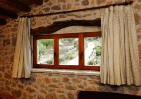 Detalle de ventana en muro de piedra