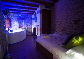 Dormitorio de matrimonio en piedra con jacuzzi