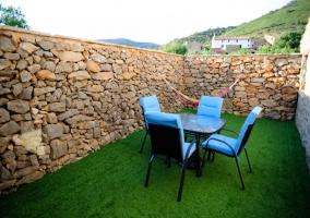 Patio con hamaca y muebles de jardín