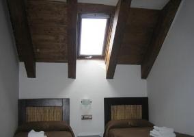 Dormitorio de matrimonio con su televisión