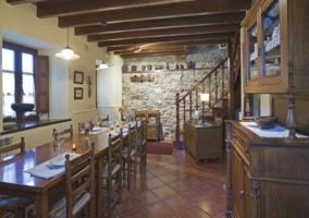 Comedor de la vivienda y escaleras de acceso a la planta superior de la casa