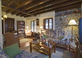 Sala de estar con mobiliario del hogar