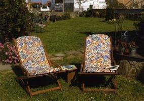 Tumbonas en el jardín donde poder observar el entorno de la vivienda