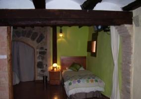 Habitación verde con otra cama individual