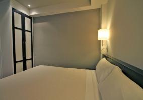 Dormitorio de matrimonio con cojines adamascados