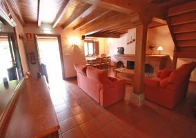 Sala de estar con chimenea y estructura grande de ladrillo