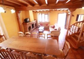 Sala de estar y comedor con televisor y chimenea