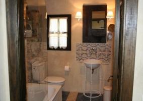 Aseo de la habitación El Pozo con lavabo y bañera