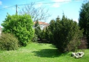 Jardín que se encuentra alrededor de la casa