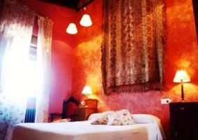 Dormitorio con telar colgando en la pared