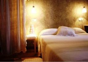 Dormitorio de matrimonio con edredón blanco