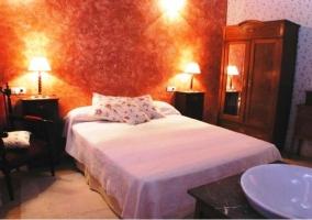 Dormitorio de matrimonio con pared roja