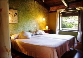 Dormitorio doble. Ventanas abiertas y pared verde