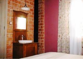 Lavabo en el dormitorio de matrimonio de pared roja